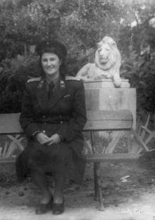 В сквере им. Мечникова, возле скульптуры льва. Одесса. 1970-е гг.
