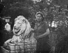Возле скульптуры льва в сквере им. Мечникова. Одесса. 1950-е гг.
