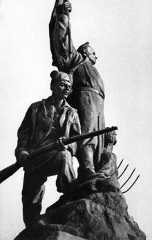 Фрагмент памятника героям Татарбунарского восстания. Татарбунары. 1980-е гг.