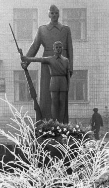 Скульптура пионера и солдата. Татарбунары. 1980-е гг.