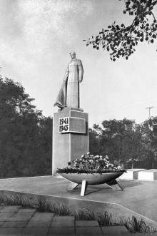 Памятник в Затоке. 1980-е гг.