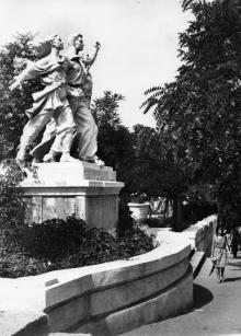 Скульптура «Дружба народов» в Комсомольском парке. Белгород-Днестровский. Фото Подберезского. 1967 г.