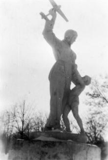 Скульптура «Летчица», парк им. Ильича. Фотограф Виль Михайлович Фрадин. 1948 г.