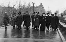 Митрополит Виссарион Пую в сопровождении румынских военных властей у могил румынских солдат, 1943 г.