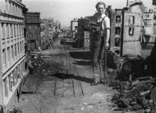 Одесская киностудия. Сотрудник звукоцеха Абрам Блогерман на площадке с декорациями   возле бассейна для комбинированных съемок. 1950-е гг.