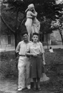 В сквере Чарльза Дарвина у скульптуры «Эрот и Психея». Одесса. 1950-е гг.