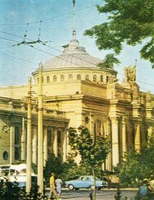 Здание одесского железнодорожного вокзала. Фотография на двойной открытке. Одесская книжная фабрика. 1974   г.