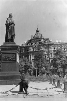 На площади Советской Армии у памятника Воронцову, на фоне дома Русова. Одесса. 1950-е гг.