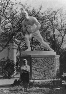 Скульптура футболиста возле стадиона в парке им. Шевченко