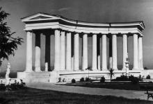 Одесса. Возле колоннады Воронцовского дворца. Фото П. Домбровского. 1943 г.