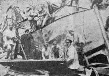 Чистка сцены пожарными на воскреснике. Расклепывают железный занавес (700 пудов), чтобы поднять его. Фото в журнале «Шквал», 1925 г.
