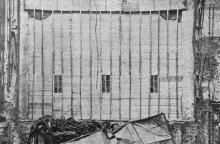 Зрительный зал сейчас вместо занавеса отделен от сцены деревянной перегородкой; таким образом пыть и мусор с разрушенной сцены в зал не проникают. Фото в журнале «Шквал», 1925 г.