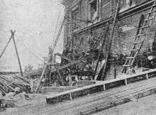 Ремонт крыши. Фото в журнале «Шквал», 1925 г.