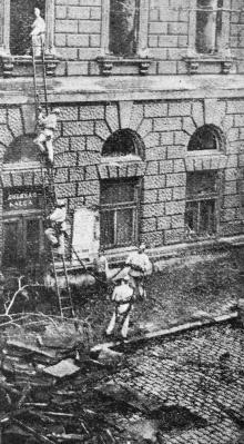Работа пожарных со стороны Театрального переулка. Фото в журнале «Шквал», 1925 г.