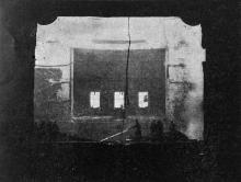 После того как рухнул железный занавес: пожарные борются с огнем на сцене из зрительного зала. Фото в журнале «Шквал», 1925 г.