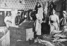 В костюмерных театра во время пожара: переносят костюмы. Фото в журнале «Шквал», 1925 г.