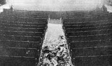 Куски люстры, обломки лепки, свалившиеся с потолка. Фото в журнале «Шквал», 1925 г.