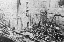 Тушение пожара заканчивается. Пожарные на разрушенной сцене. Фото в журнале «Шквал», 1925 г.