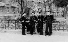 Возле поврежденной скульптуры «Лаокоон». Одесса, 1950-е гг.