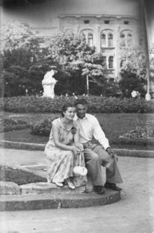 Одесса. Скульптура-фонтан «Дети и лягушка» на клумбе у театра поперы и далета. 1950-е гг.