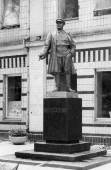 Памятник Кирову перед зданием завода на ул. Кирова. Одесса. 1980-е гг.