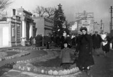 Районная доска почета на ул. Московской, 1, у моста. Одесса, 1950-е гг.