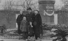 У памятника Ленину на ул. Московской, 1. Одесса. 1950-е гг.