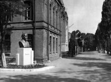 Артучилище, перед учебным корпусом. Одесса. 1970-е гг.