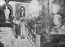 Одесса. В вестибюле VI украинской художественной выставки. Фото Г. Овчаренко в газете «Чорноморська комуна». 21 августа 1935 г.