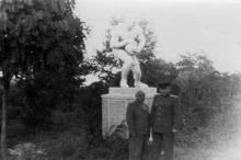У сульптуры «Футболист» в парке им. Шевченко. 1947 г.