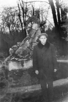 У фонтана на территории Межрейсовой базы моряков. Одесса. 1966 г.