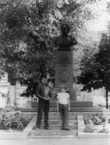 У памятника Вакуленчуку. Одесса. 1980-е гг.