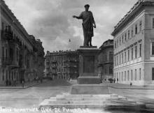 Одесса. Памятник Дюку де Ришелье. На обороте штамп «Коопфото». 1920-е гг.