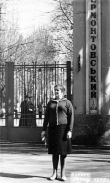 Перед входом в Лермонтовский санаторий. Одесса. 1966 г.