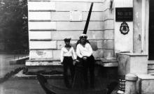 Одесса. У входа в музей морского флота СССР. 1980 г.