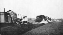 Сгоревшие железнодорожные ангары, кучи соли остались без покрытия. Фото в журнале «Иллюстрации», 15 июля 1905 г.
