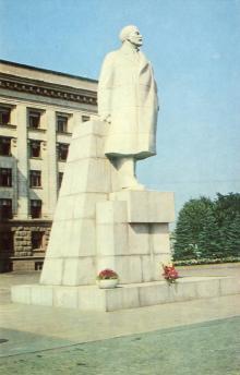 Памятник В.И. Ленину на площади Октябрьской революции. Фото А. Глазкова. Набор фотооткрыток «Одесса». 1975 г.