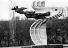 Одесса. Ул. Перековской дивизии. Памятник авиаторам 69 истребительного полка. 1980-е гг.