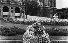 Одесса. На фоне скульптуры-фонтана «Дети и лягушка». 1960-е гг.
