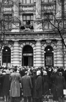 Установление бюста Н.И. Пирогова на здании Одесского медицинского института. 1960 г.