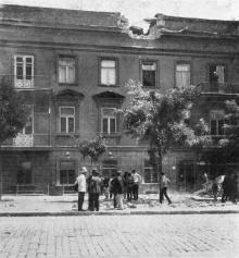 Последствия первого выстрела броненосца «Князь Потемкин» 29 июня в доме на улице Нежинской. Фото в журнале «Иллюстрации», 15 июля 1905 г.