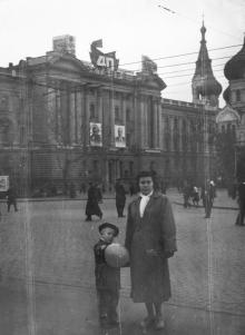 Одесса. Здание управления Одесской железной дороги. На семинарии еще есть кресты. 1957 г.