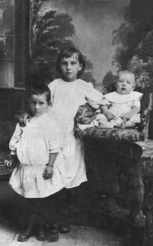 Поля, Нина и умерший в детстве братик, 1920 г.