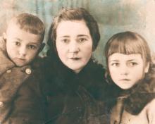 Полина Михайловна с сыном Евгением и дочерью Галиной. 1941 г.