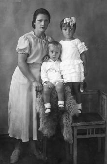 Полина Михайловна с сыном Евгением и дочерью Галиной, 1939 г.
