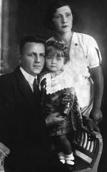 Полина Михайловна с мужем Иваном Петровичем и дочерью Галиной, 1937 г.