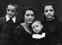 Полина Михайловна Сенчиневич с сыном Евгением,  дочерью Галиной и сыном Костей (на руках). 1948 г.