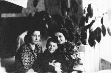 Полина Михайловна Сенчиневич с сыном Костей и дочерью Галиной. 1956 г.