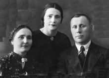 Полина Михайловна с сестрой Ниной и ее мужем Гниличенко. 1940 г.