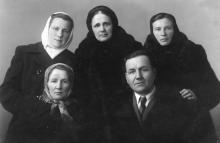 И.П. Сенчиневич с сестрами (стоят вверху слева направо) Елена Петровна Сенчиневич (Шклярова), Евгения Петровна Сенчиневич (Ивахнюк), Анна Петровна Сенчиневич (Хмелюк). 1948 г.